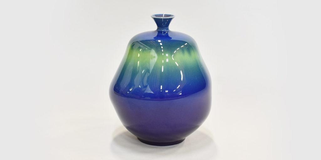釉薬で色彩を調節した群青色が強い個性を持った「彩釉」の技法例