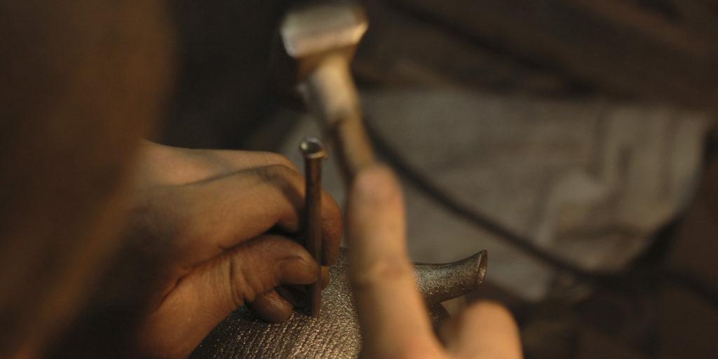 職人によって作られた鉄瓶のイメージ